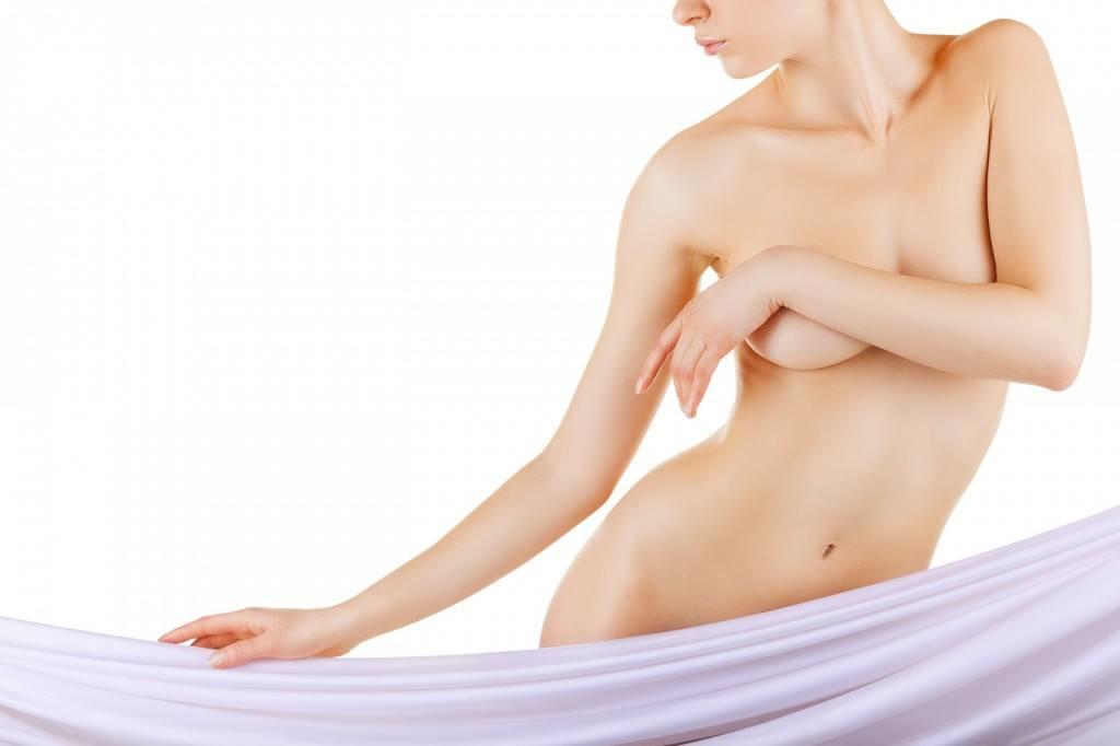 Kobieta z powiększonymi piersiami własnym tłuszczem